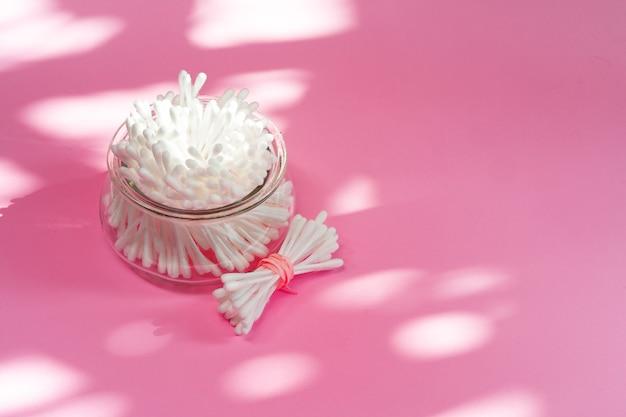 Bando de cotonetes em uma tigela sobre fundo de papel