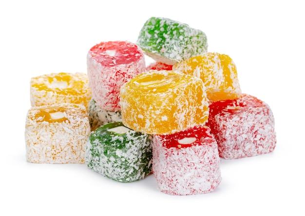 Bando de doces coloridos de delícia turca isolado no branco