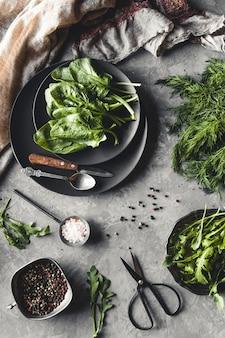 Bando de endro orgânico fresco cultivado em casa, espinafre, rúcula e cebolinha na mesa de madeira rústica