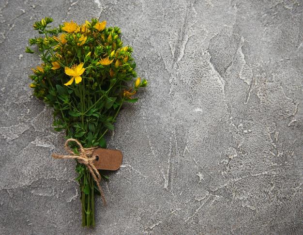Bando de erva de são joão sobre uma mesa