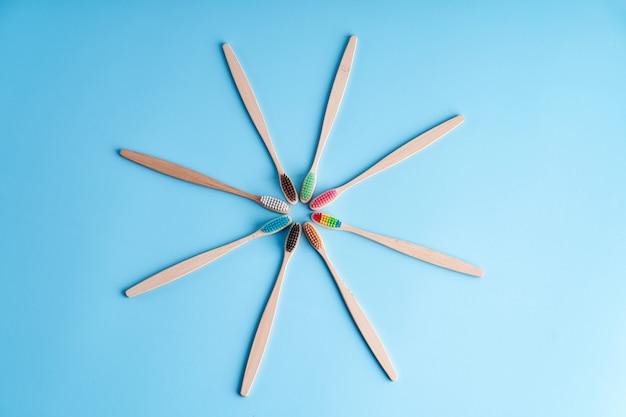 Bando de escovas de dentes de bambu ecológicas. escolhendo a escova de dentes. higiene oral. tendências ecológicas em todo o mundo.