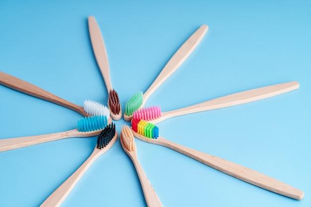 Bando de escovas de dentes de bambu ecológicas. escolhendo a escova de dentes. higiene oral. tendências ecológicas mundiais.