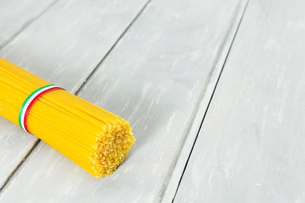 Bando de espaguete com fundo de madeira