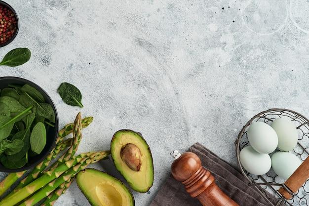 Bando de espinafre de aspargos verdes frescos, abacate, ovos de galinha