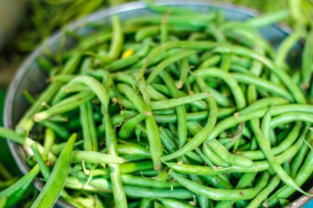 Bando de feijão longo verde fresco na cesta