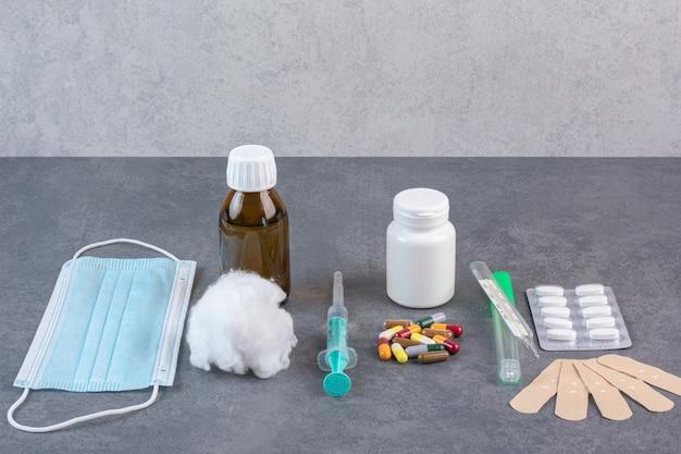 Bando de ferramentas médicas na mesa de mármore.