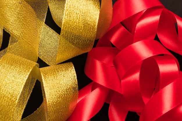 Bando de fita dourada e vermelha