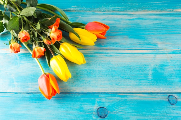 Bando de flores coloridas frescas