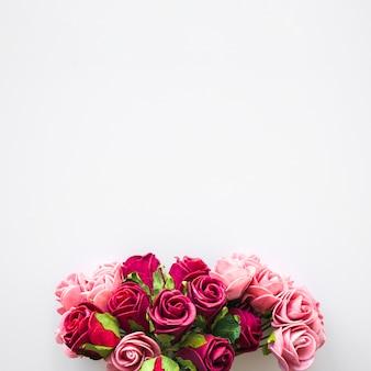 Bando de flores cor de rosa e vermelhas