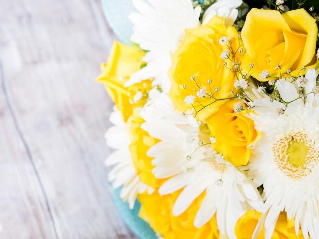 Bando de flores de presente de páscoa