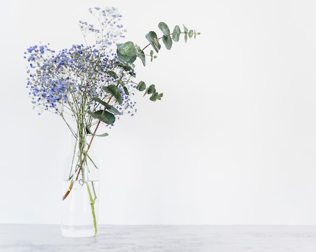 Bando de flores frescas em hastes em vaso