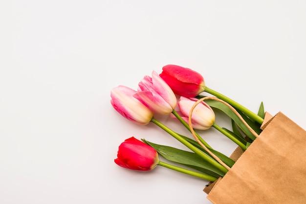 Bando de flores frescas no pacote de ofício