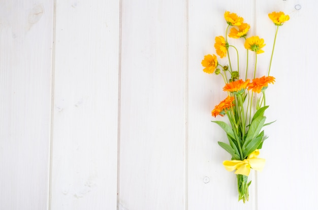 Bando de flores silvestres laranja