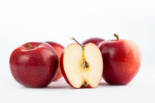 Bando de frutas frescas de maçãs vermelhas suculentas maduras frescas isoladas no branco