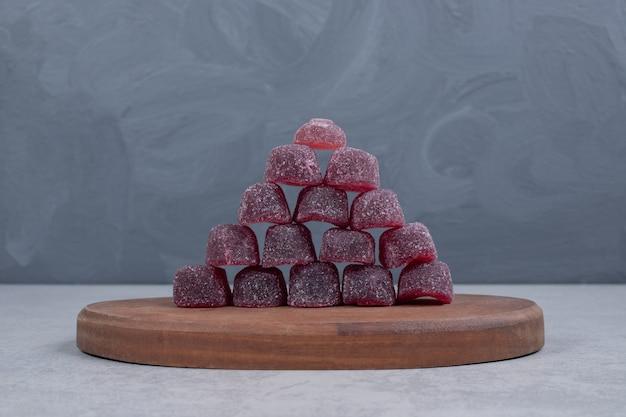 Bando de geleias doces em fundo cinza. foto de alta qualidade