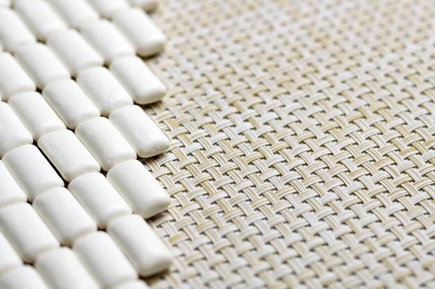 Bando de goma de mascar com espaço de cópia, dentes protegem o conceito