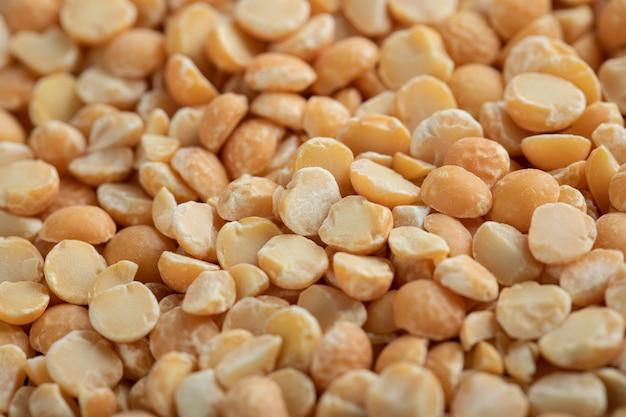 Bando de grãos crus em vista de perto.