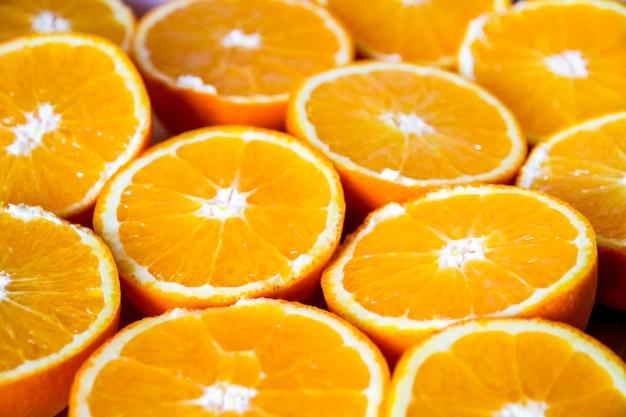 Bando de laranjas frescas fatiadas orgânicas em uma bandeja