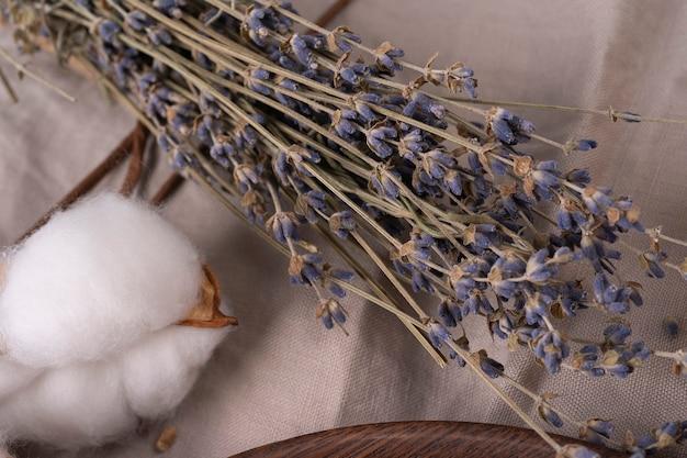 Bando de lavanda seca em fundo de madeira em uma mesa de madeira de toalha orgânica de linho com lavanda