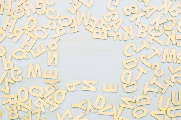 Bando de letras em cinza