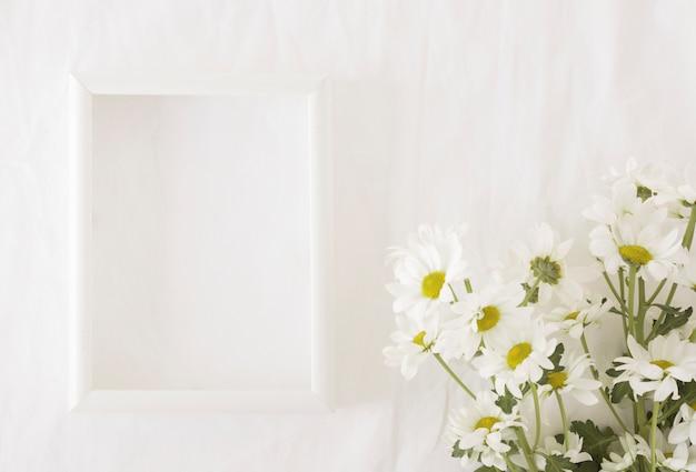 Bando de lindas flores em caules verdes perto de quadro