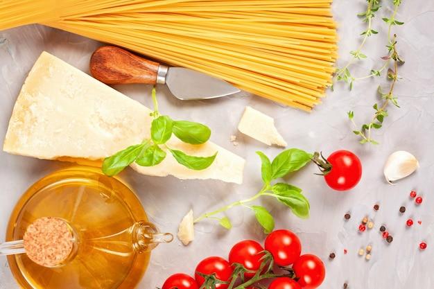 Bando de manjericão fresco, tomate, queijo parmesão, alho e azeite - ingrediente tradicional da cozinha italiana