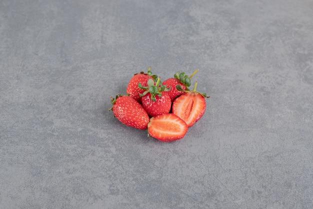 Bando de morangos vermelhos em fundo de mármore. foto de alta qualidade