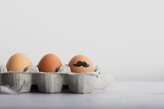 Bando de ovos orgânicos com pintura close-up