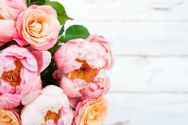 Bando de peônias rosa e rosas