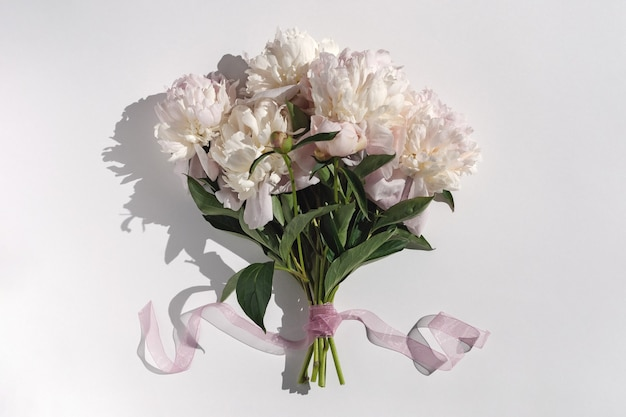 Bando de peônias rosa em fundo branco Foto Premium