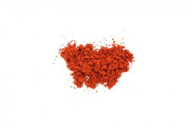 Bando de pimenta vermelha em pó, isolado no branco, vista superior