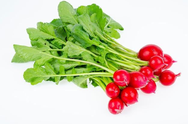 Bando de rabanete fresco vermelho jovem com folhas verdes, isoladas no fundo branco, menu de dieta vegetariana. foto do estúdio.