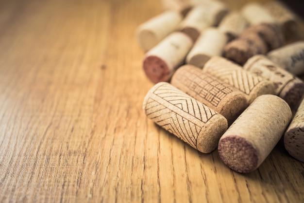 Bando de rolhas de vinho na mesa de madeira