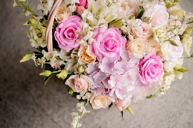 Bando de rosas frescas-de-rosa e violetas close-up