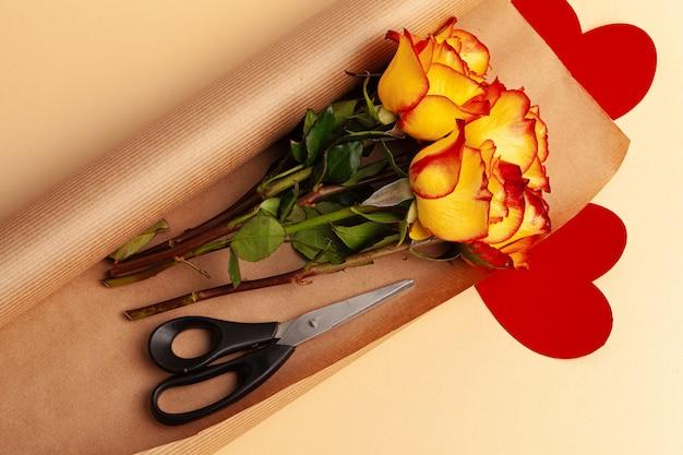 Bando de rosas vermelhas e amarelas de corte fresco
