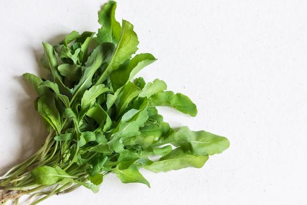 Bando de rúcula. comida vegana. o conceito de alimentação saudável.