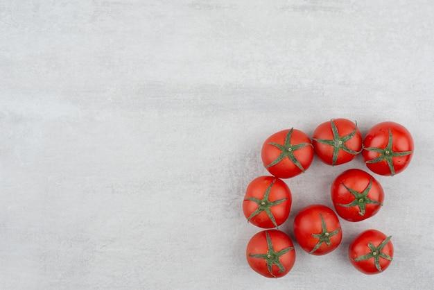 Bando de tomates vermelhos em fundo branco.