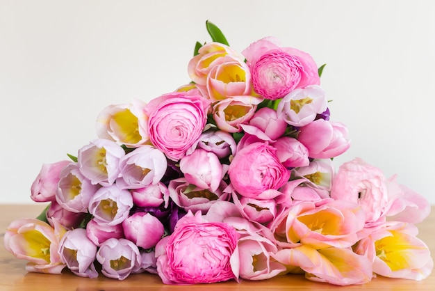 Bando de tulipas coloridas e flores ranúnculo rosa ranúnculo