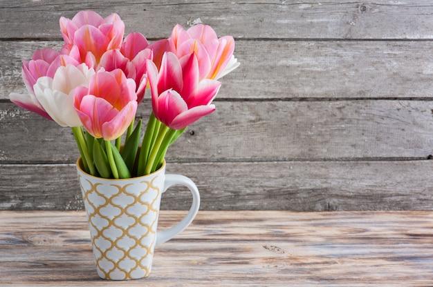 Bando de tulipas em fundo de concreto