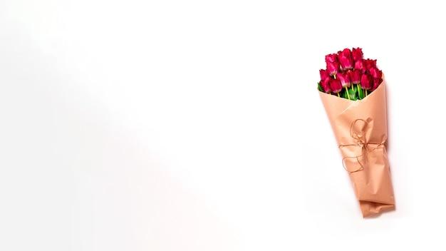 Bando de tulipas frescas da primavera em um fundo cinza mínimo, copie o espaço