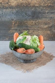 Bando de vegetais crus na tigela clássica. foto de alta qualidade