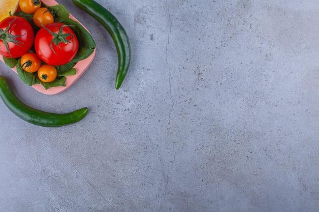 Bando de vegetais frescos saudáveis maduros na superfície da pedra.