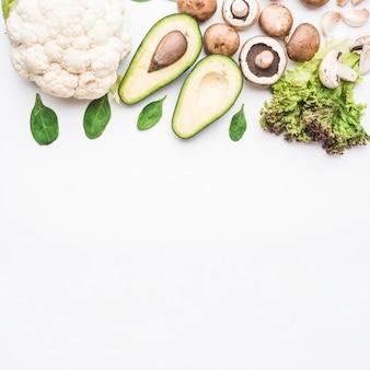 Bando de vegetais verdes e brancos