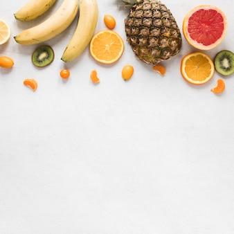 Bando de vista superior de frutas exóticas e frescas, com espaço de cópia