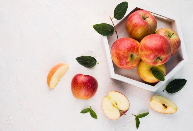 Bando de vista superior de maçãs orgânicas em cima da mesa