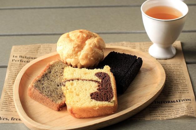 Bandung, indonésia, 10202020: hora do chá da indonésia com várias fatias de bolo, bolo de mármore, bolo de banana e bolo de arroz preto pegajoso