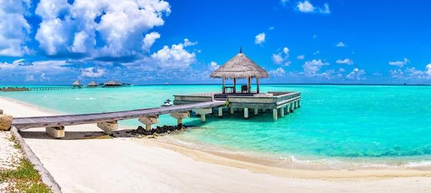 Bangalôs aquáticos em ilha tropical nas maldivas