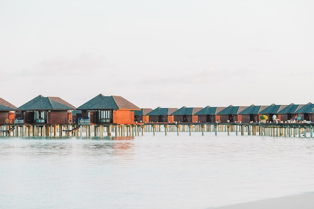 Bangalôs de água com água turquesa nas maldivas