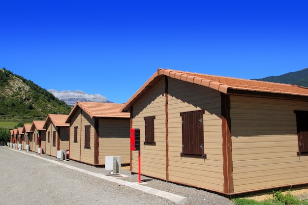 Bangalôs de madeira na área de camping