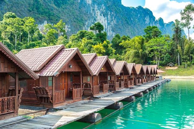Bangalôs tailandeses no lago cheow lan no parque nacional khao sok, na tailândia